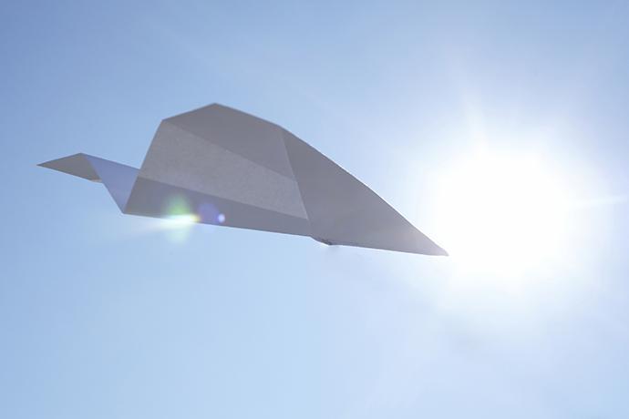 自由を象徴する空と紙飛行機