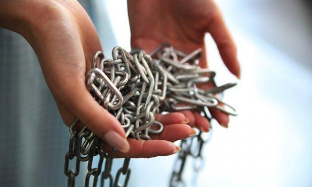 鎖を持つ手