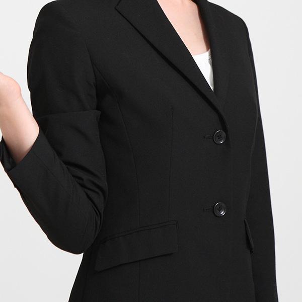 ブラックスーツに2ボタン